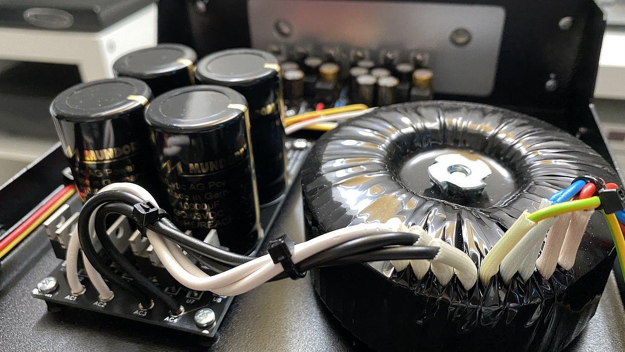 Ringkerntrafo und Mundorf-Kondensatoren im Innuos Phoenix-Net