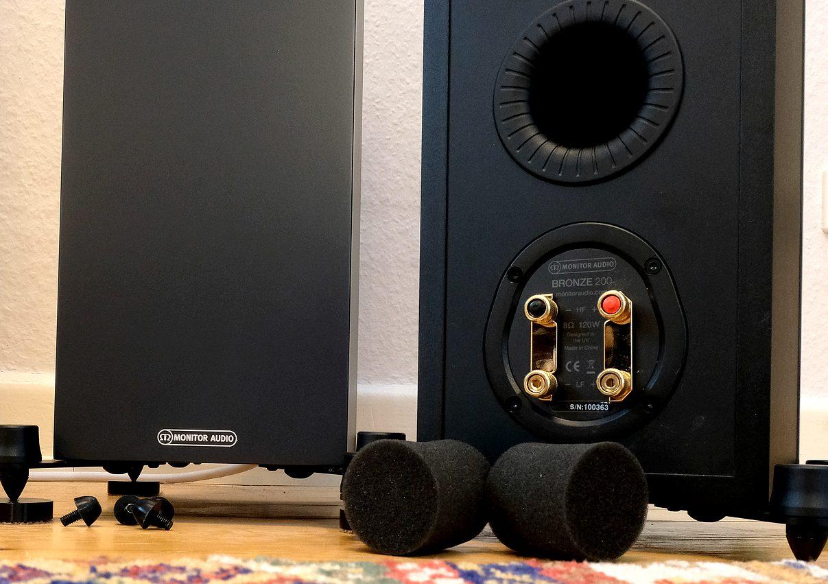 Bassreflex und Spikes der günstigen Standlautsprecher Monitor Audio Bronze 200.