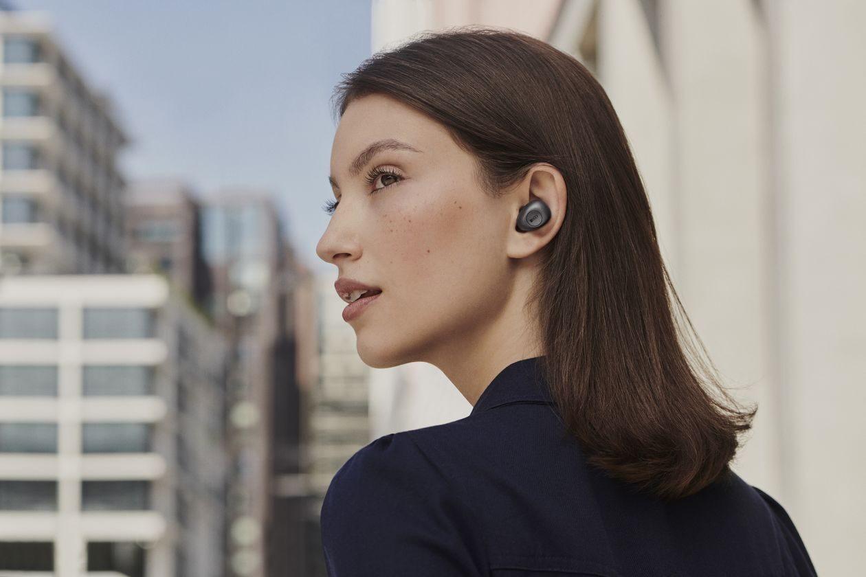 Neuheit KEF Mu3 Noise Cancelling True Wireless In-Ear Kopfhörer im Ohr.