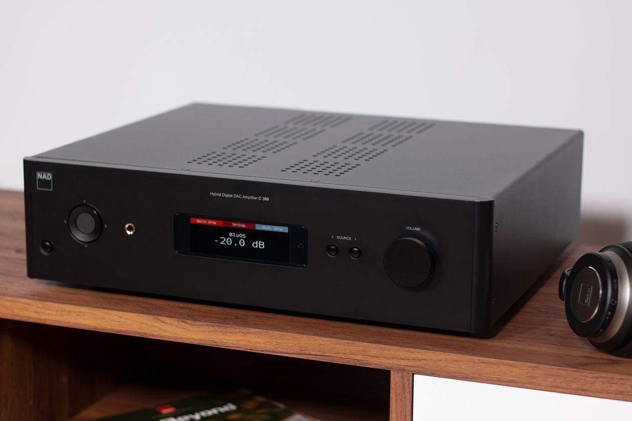 Im Bild der neue HiFi-Verstärker NAD C 399 mit Bluesound und D/A-Wandler.