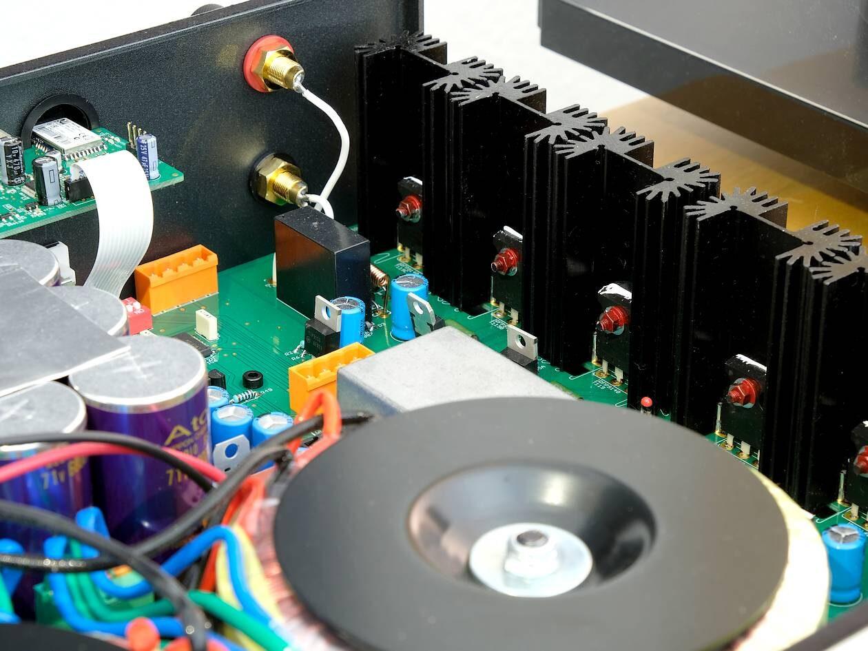 Sanken MOS-Fet im Stereo-Voll-Verstärker Atoll IN 300.