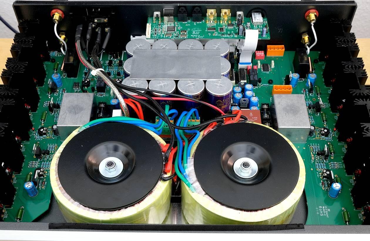High End Stereo Voll-Verstärker Atoll IN 300 in Doppel-Mono-Aufbau.