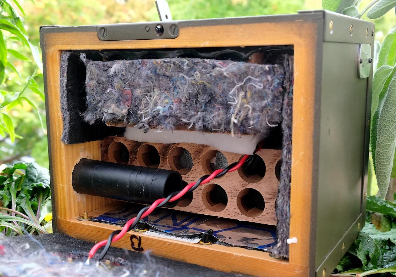 "Bassreflex-Rohr am Kompaktlautsprecher ""guerilla audio Modell 08/15""."