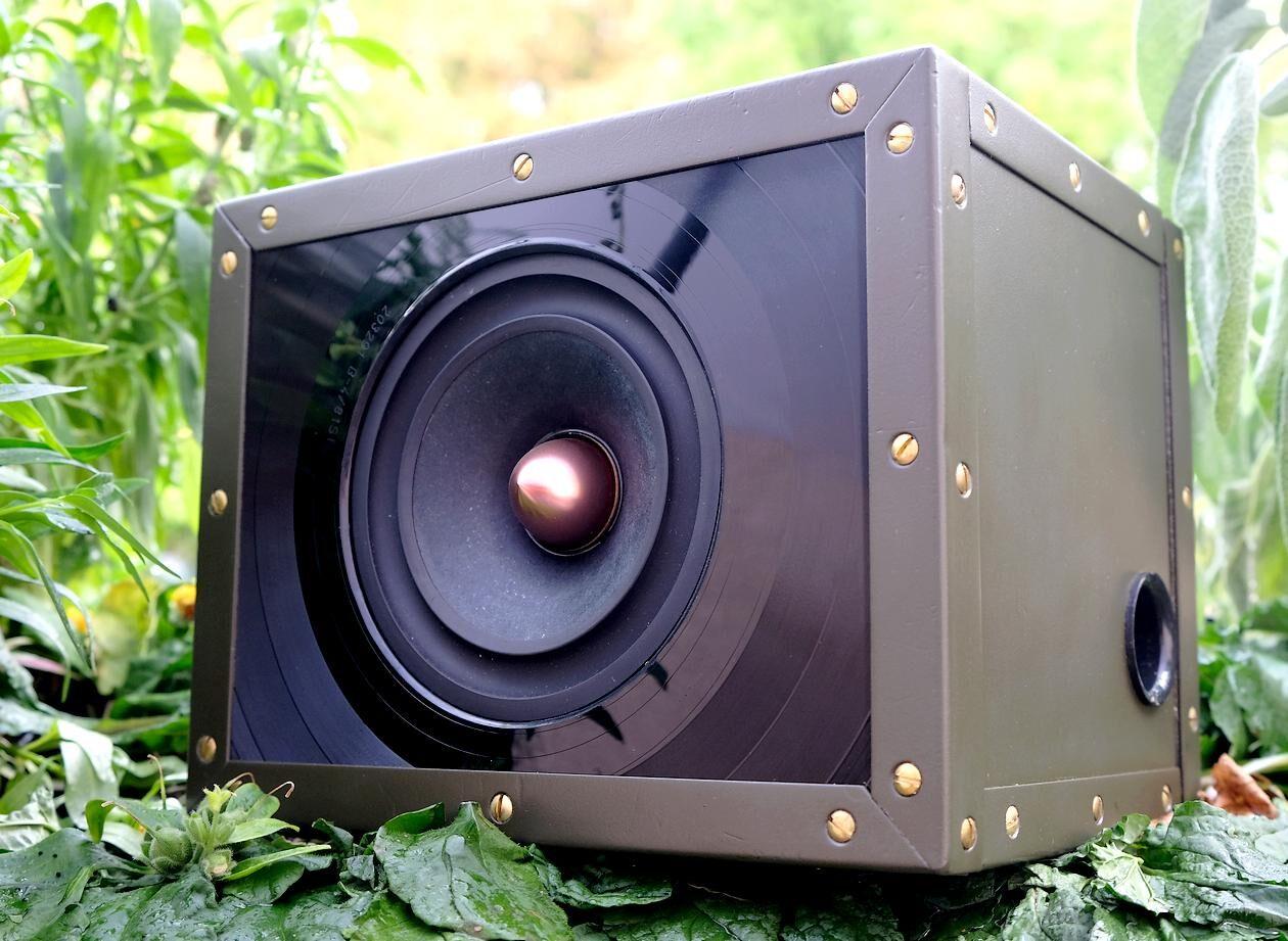 Test des Breitband-Kompaktlautsprecher guerilla audio Modell 08/15. Hier im Bild der Bassreflex.