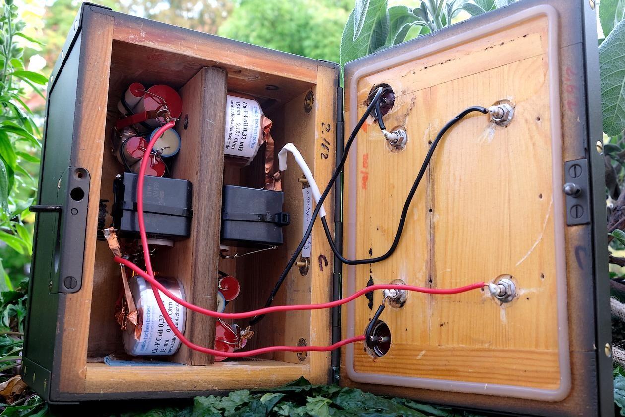 """Die """"Frequenzweiche"""" der Breitband-Kompaktlautsprecher """"guerilla audio Modell 08/15""""."""