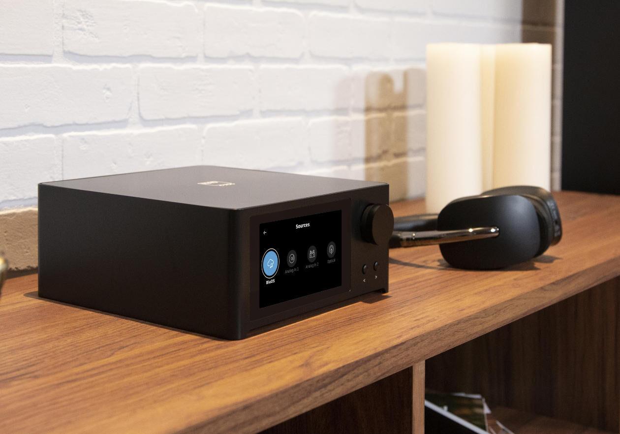 Im Bild die Neuheit Micro Streaming Verstärker NAD C 700 mit HDMI und Bluetooth.