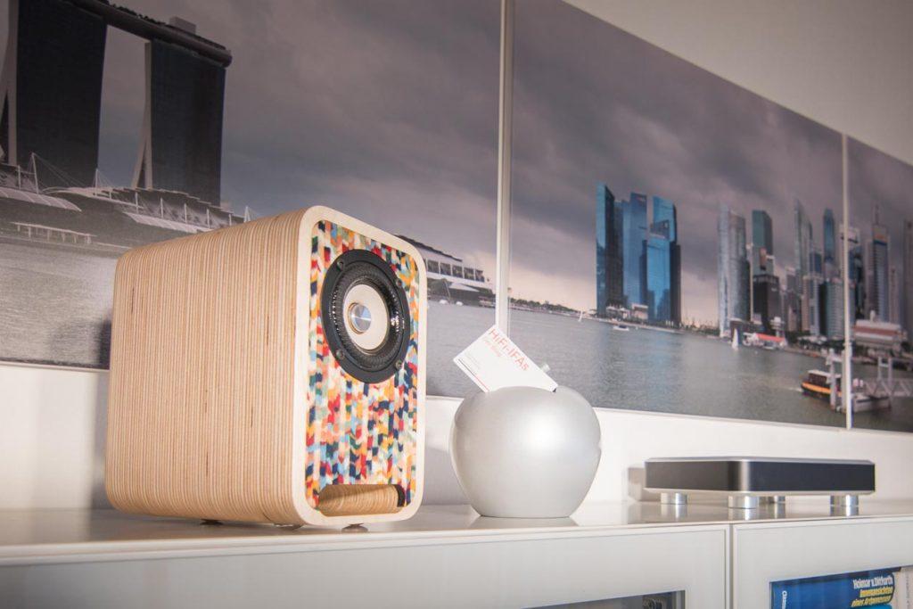 Im Test die Kompaktlautsprecher Audel-Nika-ART- Hier auf dem Sidebord