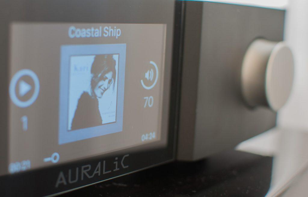 Das Display des Auralic ALTAIR G1 informiert auf einen Blick über alles Wichtige
