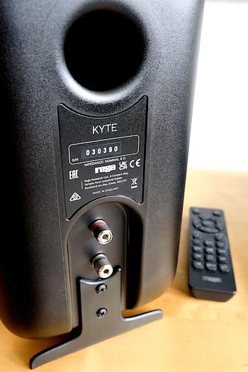 Die Lautsprecherfüße an den Regallautsprecher Rega Kyte.