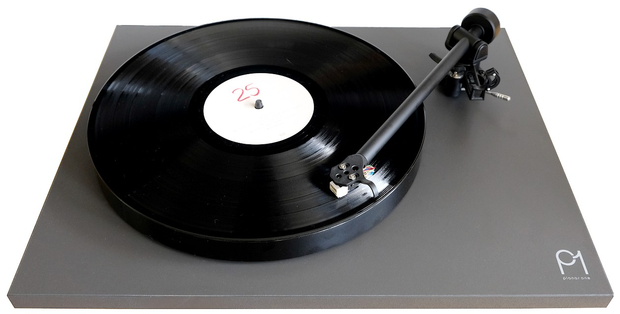 Guter und günstiger Einstieg-Plattenspieler Rega Planar 1 mit MM-Tonabnehmer Rega Carbon.