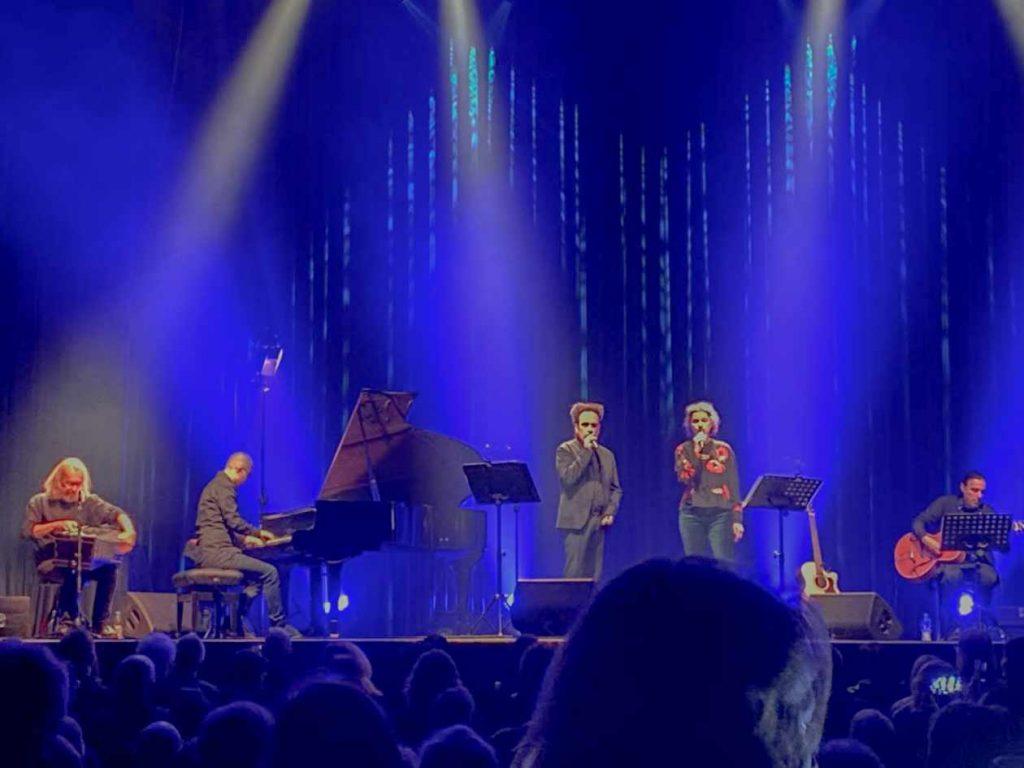Zugabe! Ernst Horn (links), die Tour-Musiker an Flügel und Gitarre, Gesang: Alexander Veljanov und Sabine Lutzenberger