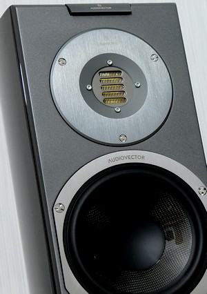 Der Kompaktlautsprecher Audiovector R1 Avantgarde mit AMT Hochtöner im Test