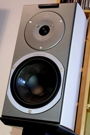 Kompaktlautsprecher Audiovector R1 Signature weiß im Test der HiFi-IFAs
