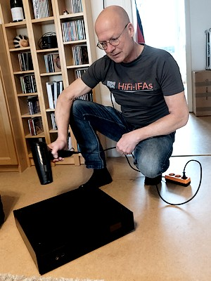 Im Bild der im Test befindliche High End Netzwerkplayer Technics SL-G700. Hier im Bild mit Fön.
