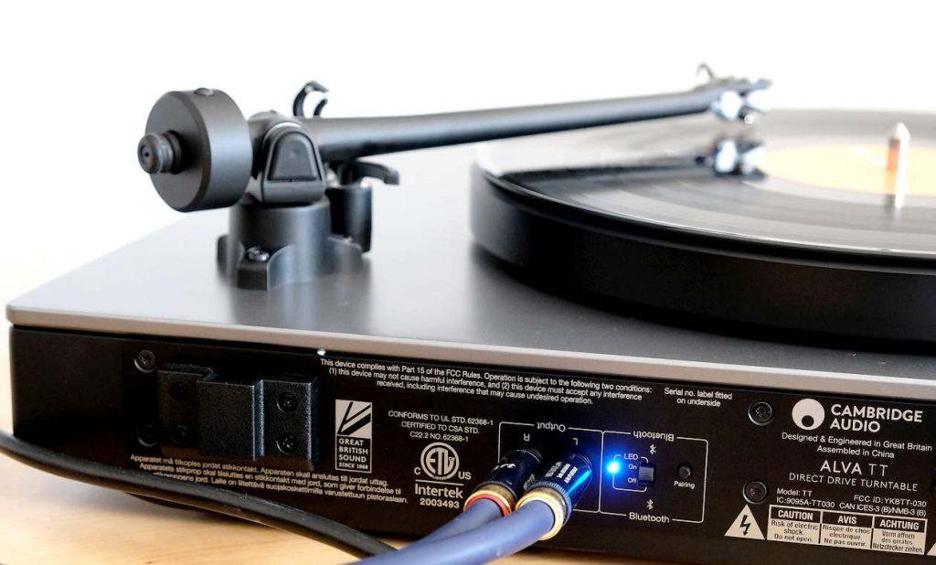 Der Plattenspieler Cambridge Audio Alva TT. Hier mit den analogen Anschlüssen und aktiviertem Bluetooth aptX