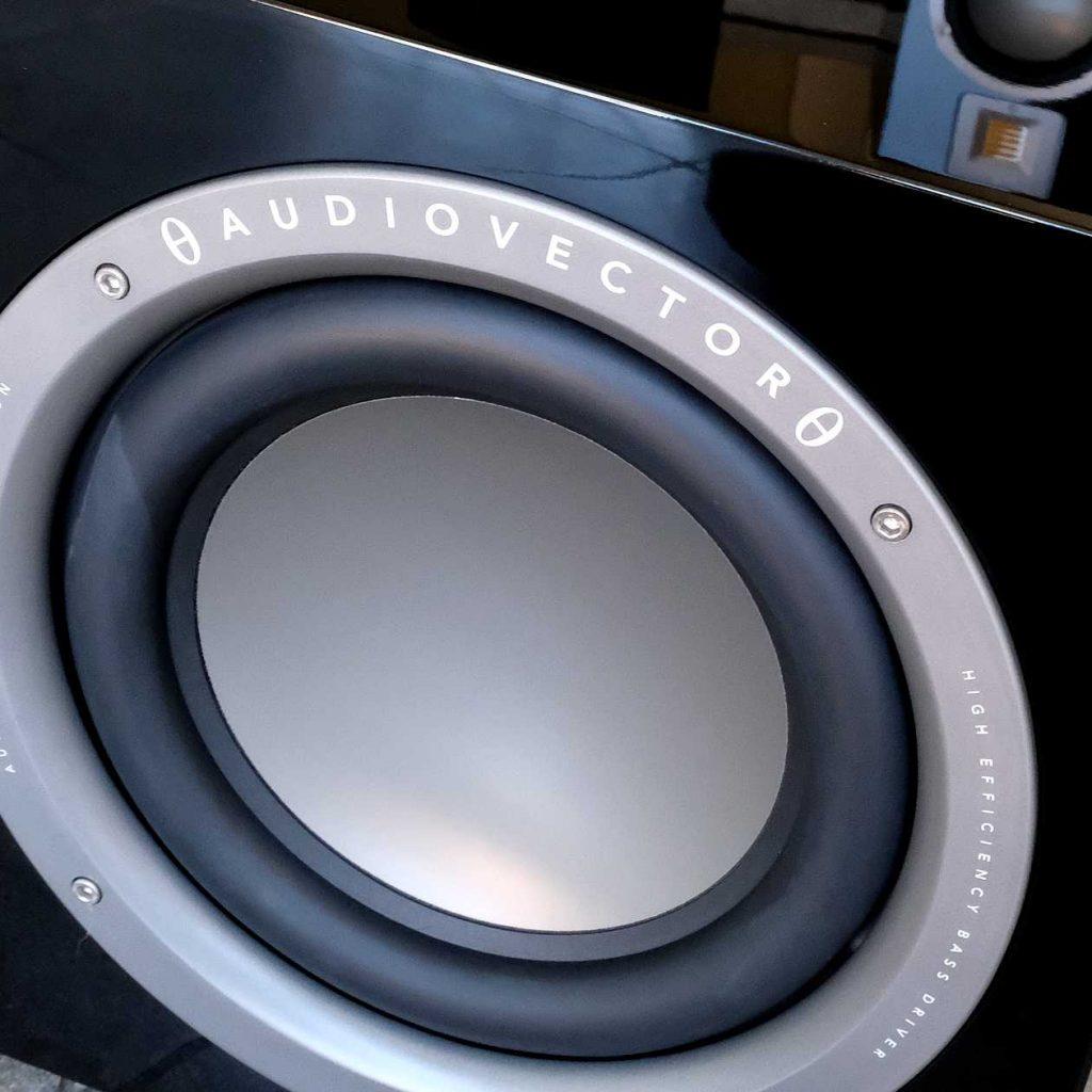 Subwoofer der 1.000 Euro-Klasse im Test: Audiovector QR SUB
