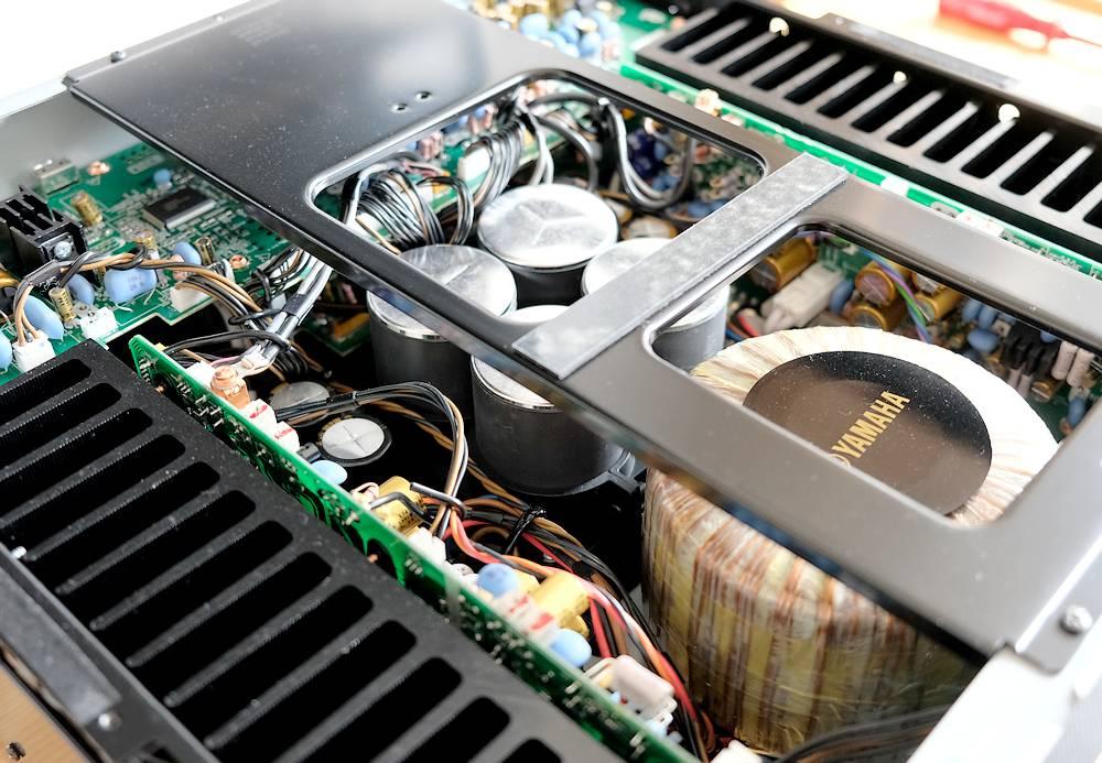 Ringkerntrafo und Kondensatoren im Vollverstärker Yamaha A-S2200