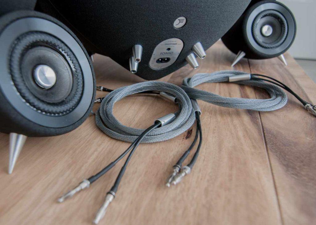 Anschlüsse und Kabel des DEEPTIME Ionic Sound Systems (Foto: F. Visarius)