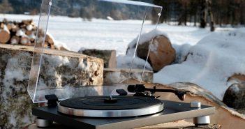 Im Bild der Plattenspieler Sonoro Platinum mit Schutzhaube aus Acryl