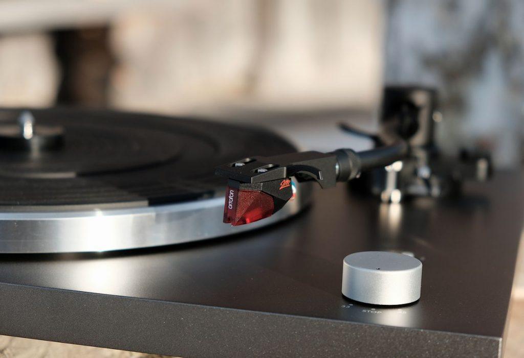 Der S-Tonarm am Plattenspieler Sonoro Platinum mit dem MM-Tonabnehmer Ortofon 2M Red