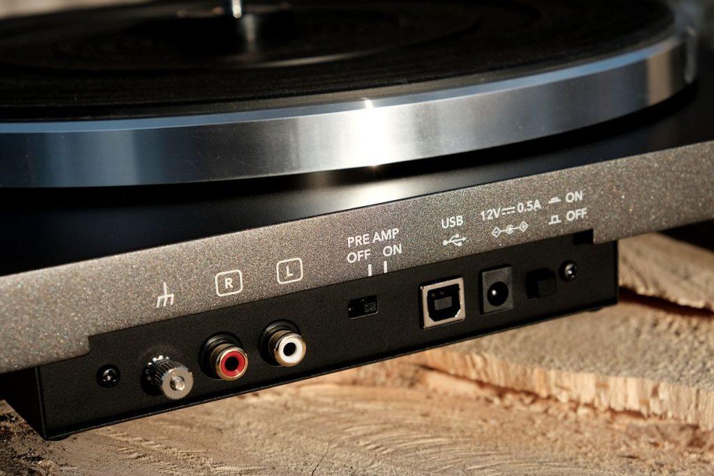 Vorverstärker- und USB Ausgang am Plattenspieler Sonoro Platinum