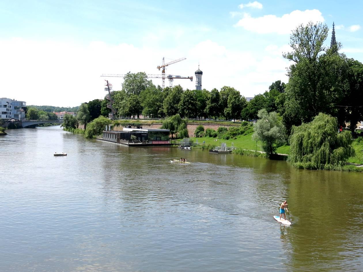 Stehpaddler aus seinem SUP-Board in Ulm auf der Donau.