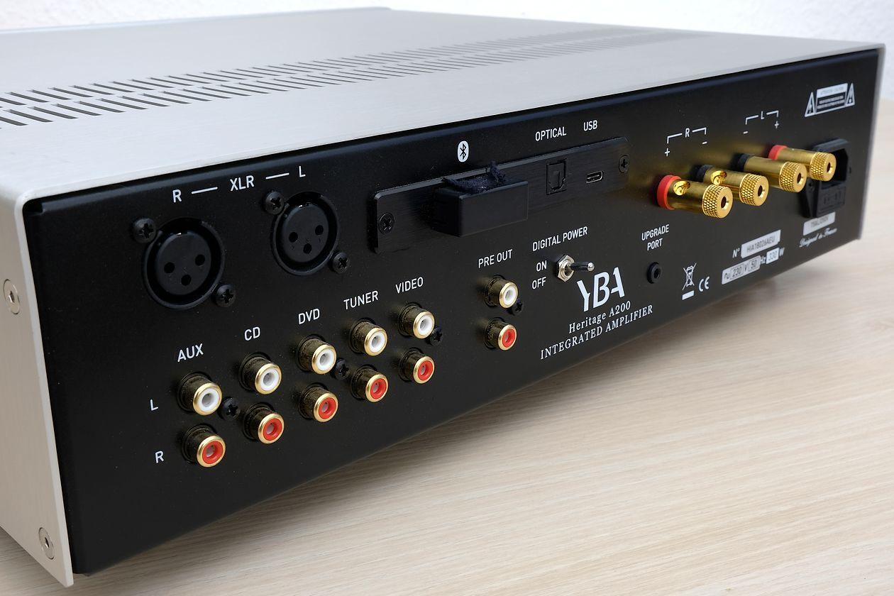 Die analogen Cinch- und XLR sowie digitalen Anschlüsse am Vollverstärker YBA A200.