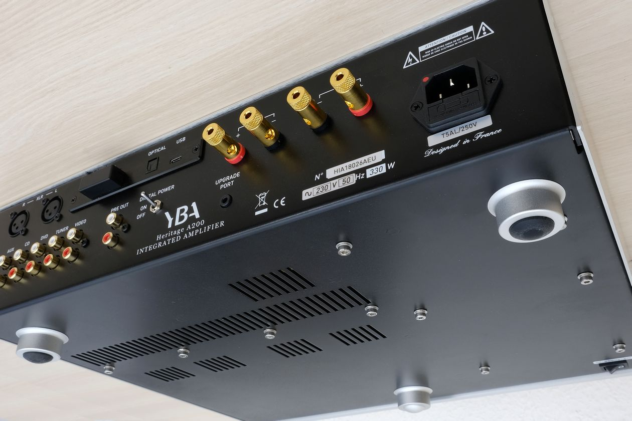 Gerätefüsse sowie Ein-Ausschalter am Vollverstärker YBA Heritage A200