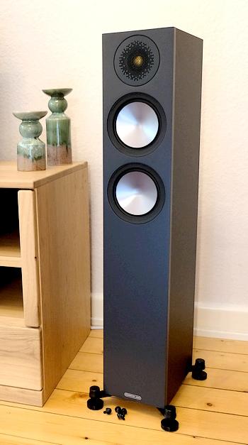 Test des günstigen HiFi-Standlautsprecher Monitor Audio Bronze 200 unter 1.000 Euro.