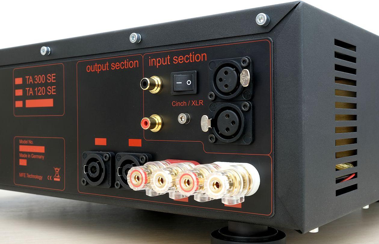 Cinch-, XLR-, und Neutrik-Speakon Lautsprecher-Anschlüsse am mfe TA 120 SE Verstärker.