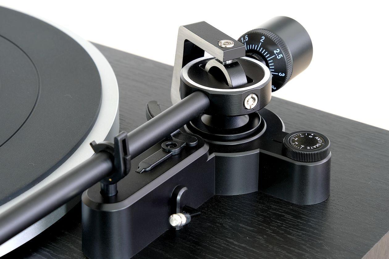 Kardanisch gelagerter Tonarm am Plattenspieler Dual CS 518 und Antiskating.